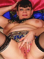 This kinky mama shows her big tits